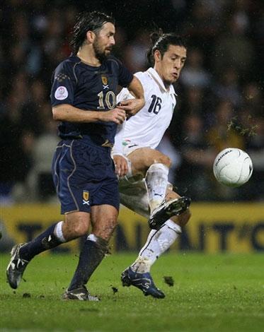 图文:[欧预赛]苏格兰1-2意大利 卡莫拉内西护球