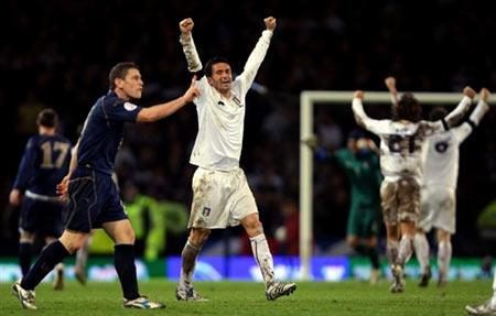 图文:[欧预赛]苏格兰1-2意大利 帕努奇庆祝胜利