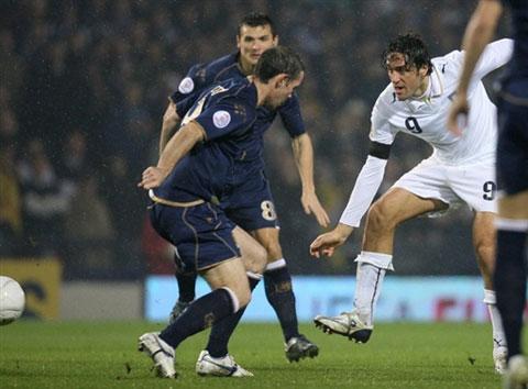 图文:[欧预赛]苏格兰1-2意大利 托尼强行射门