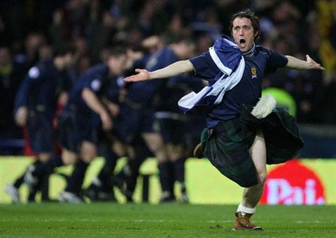 图文:[欧预赛]苏格兰1-2意大利 疯狂的主队球迷