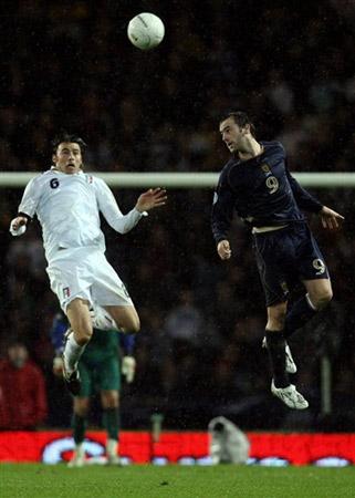 图文:[欧预赛]苏格兰1-2意大利 高空球争夺战