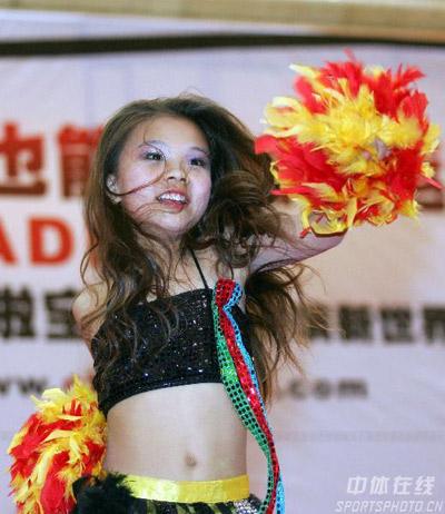 图文:奥运啦啦宝贝巡回表演 山西飞舞团小选手