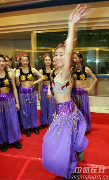 图文:奥运啦啦宝贝巡回表演 大学生曼妙舞姿