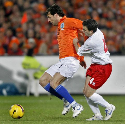 图文:[欧预赛]荷兰VS卢森堡 范尼扛住对手
