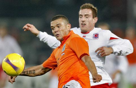 图文:[欧预赛]荷兰VS卢森堡 鲍马比赛中护球