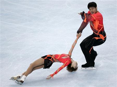 图文:法国站双人滑唯美表演 丹昊表演美轮美奂
