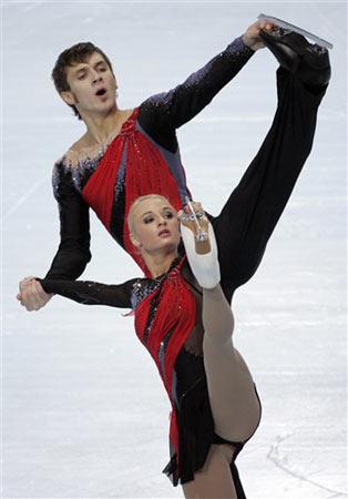 图文:法国站双人滑唯美表演 俄女选手险些走光
