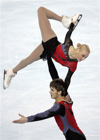 图文:法国站双人滑唯美表演 俄组合托举瞬间
