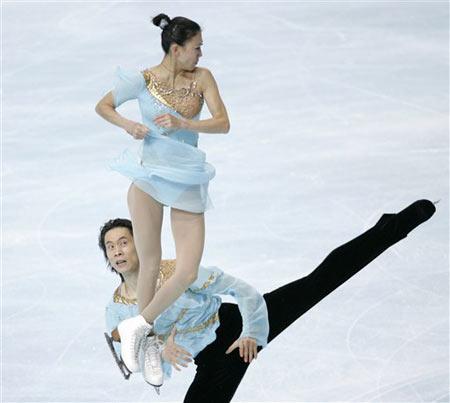 图文:法国站双人滑唯美表演 抛跳瞬间优雅姿态
