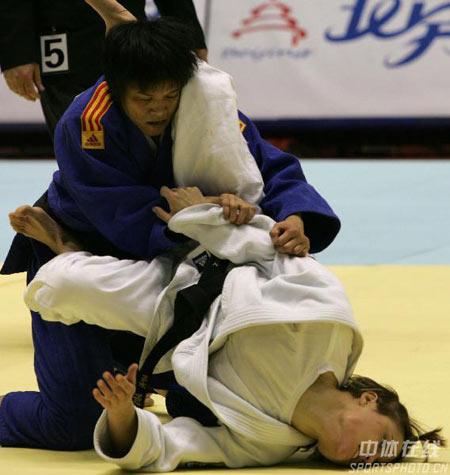 图文:2007柔道团体世锦赛 冼东妹力拔山兮