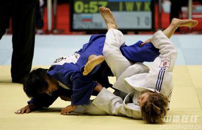 图文:2007柔道团体世锦赛 日本队员摔倒在地