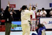 图文:2007柔道团体世锦赛 佟文速胜鼓掌庆祝