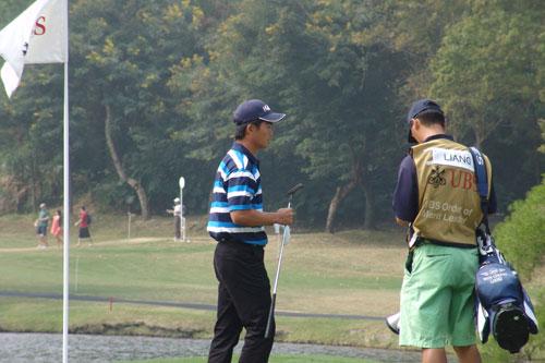 图文:07香港公开赛第四轮 阿冲与球童交流