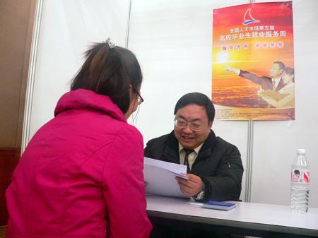上海市人才服务中心副主任李明正在为学生解答问题