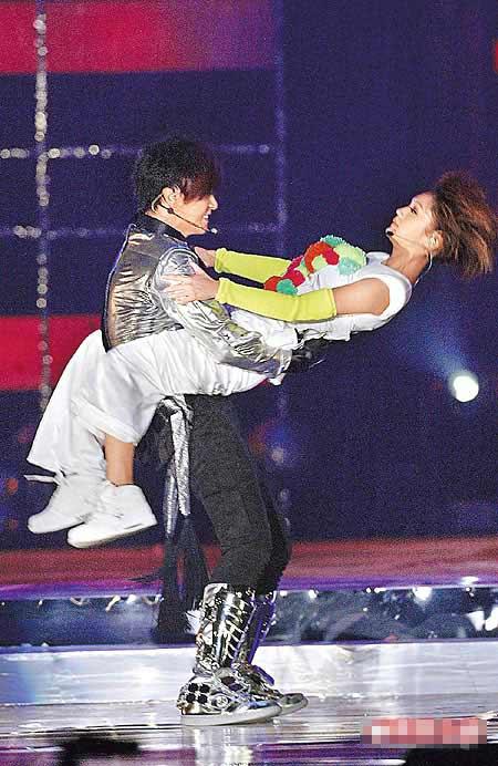 杨丞琳(右)是昨晚演唱会嘉宾,双腿夹着小猪卖力跳舞。