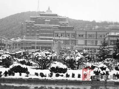 14日晚6时,有着云南屋脊之称的德钦县城突发30年一遇的强降雪