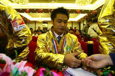 图文:[中超]亚泰表彰大会 杜震宇为球迷签名
