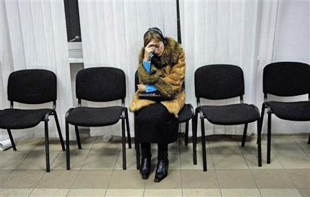11月18日,乌克兰的扎夏德科煤矿,一名矿工亲属在等候亲人消息。