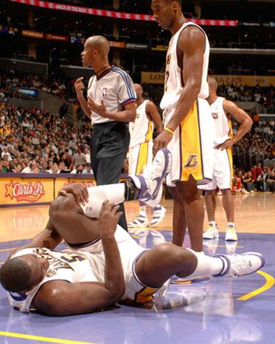 图文:[NBA]公牛VS湖人 夸梅布朗痛苦倒地