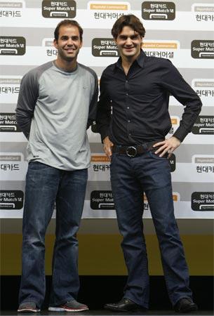 图文:费德勒携手桑普拉斯出席发布会 俊朗面孔