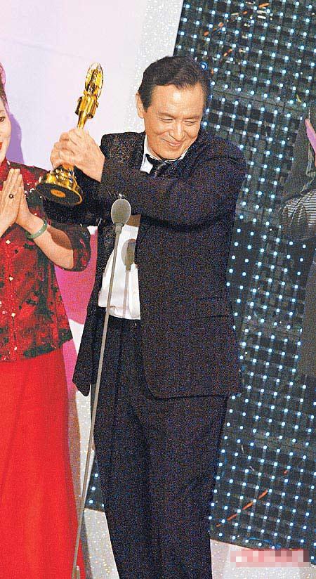 张国柱上台领金钟奖座时,兴奋发表长篇感言