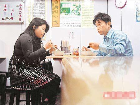 吴宗宪(右)和助理在小吃店用餐。