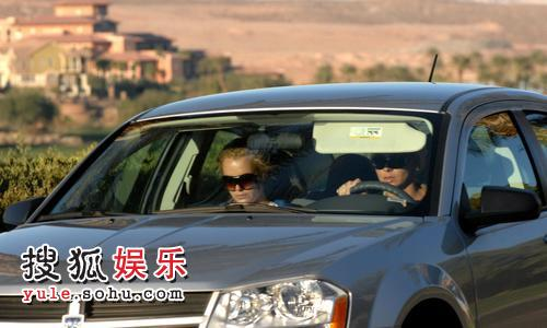布兰妮一早便和助理一同驱车赶往医院