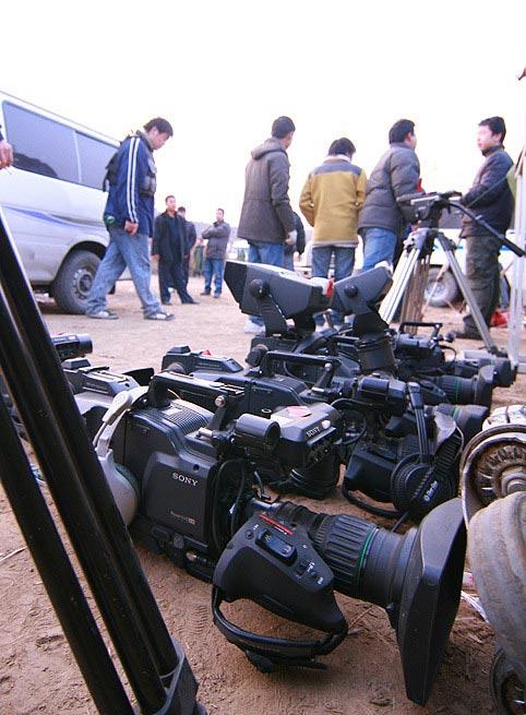 为电视直播整装待发的摄影师和他们的家伙们