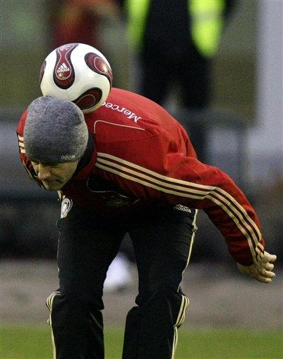 图文:[欧预赛]德国备战威尔士 勒夫展另类绝技