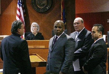 泰森被带离法院,前往监狱(点击组图)