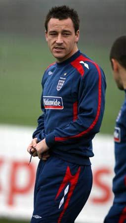 图文:[欧锦赛]英格兰积极备战 特里训练松裤带