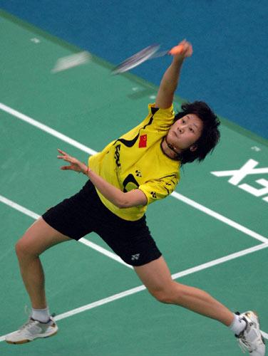 图文:奥运希望星之羽球美女朱琳 反手击球