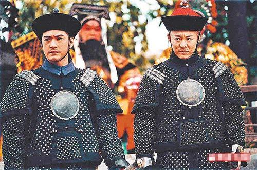 多演正气凛然角色的李连杰,直认拍床戏时十分尴尬。左为金城武。