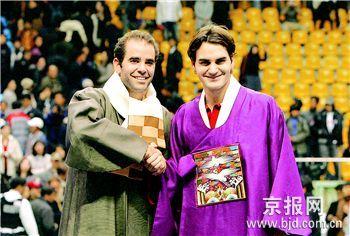 费德勒(右)、桑普拉斯在赛后身着韩国传统服装与观众见面。