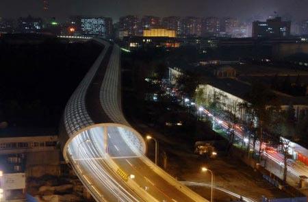 北京动物园上空的隔音空中隧道正式建成完工并通车