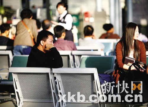 不少乘客因航班延误而一脸愁容。 新快报记者郗慧晶/摄