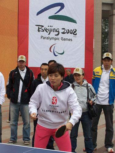 图文:助威团成员世乒赛混双冠军邬娜参加活动