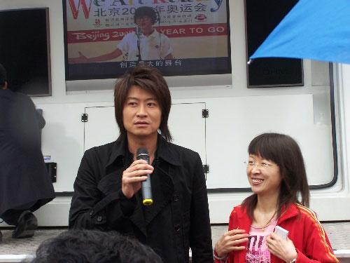图文:助威团成员参与奥运活动 台湾艺人游鸿明
