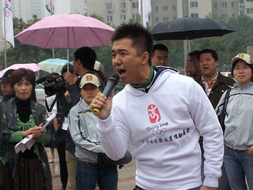 图文:助威团成员参与奥运活动 歌手师鹏献唱