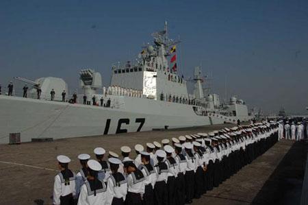 """2007年11月21日上午,广东湛江,""""深圳""""舰(舷号167)出访日本启程时的送行场面。"""