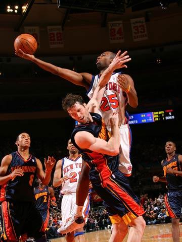 图文:[NBA]勇士队攻破纽约 低手上篮