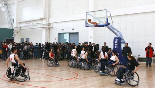 观看轮椅篮球比赛
