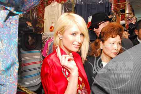 希尔顿在唐装店试上这件红色睡衣 现场摄影 新民网 薛骁翔