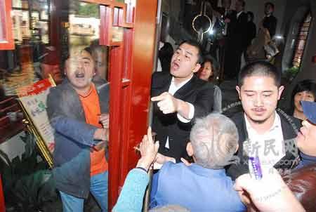 """游客不满希尔顿""""包场""""与保安起冲突 现场摄影 新民网 薛骁翔"""