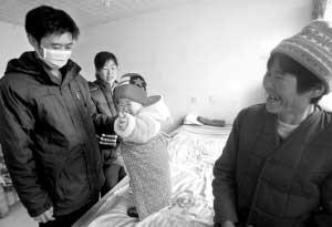 岳母李敬珍和焦阳夫妇及外孙女在一起。本报记者 张斌 摄