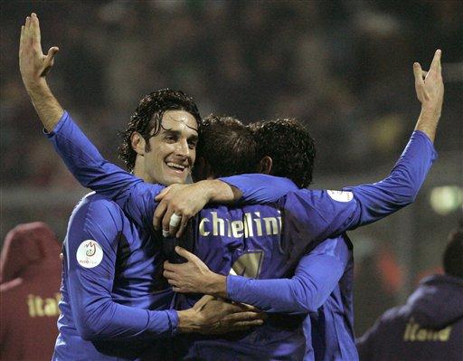 图文:[欧预赛]意大利3-1法罗群岛 蓝军庆祝进球