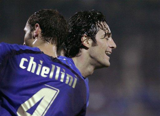 图文:[欧预赛]意大利3-1法罗群岛 齐耶里尼庆祝
