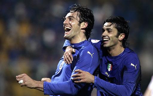 图文:[欧预赛]意大利3-1法罗群岛 托尼很开心