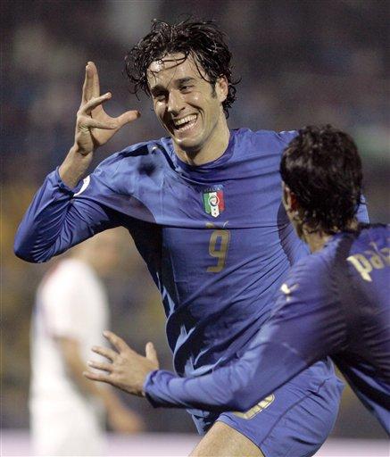 图文:[欧预赛]意大利3-1法罗群岛 托尼飞翔