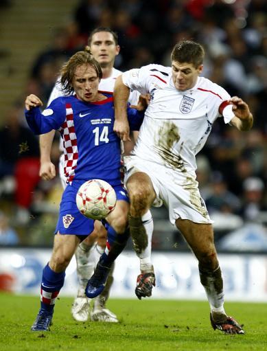 图文:[欧预赛]英格兰2-3克罗地亚 杰拉德突破了
